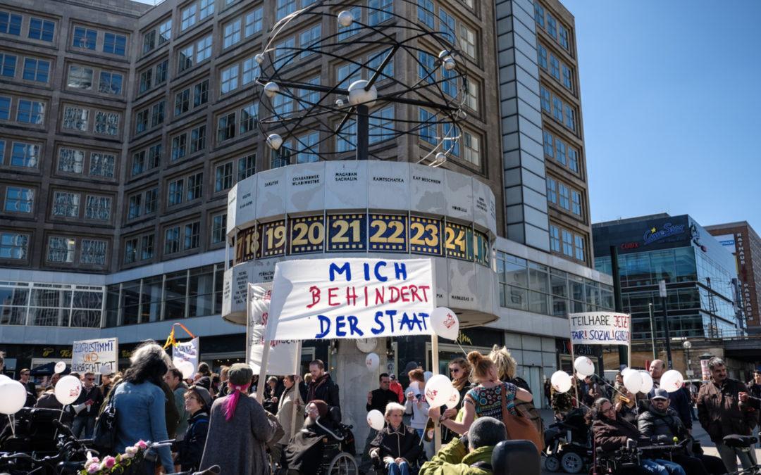 """Ein Transparent auf dem steht: """"Mich behindert der Staat"""""""