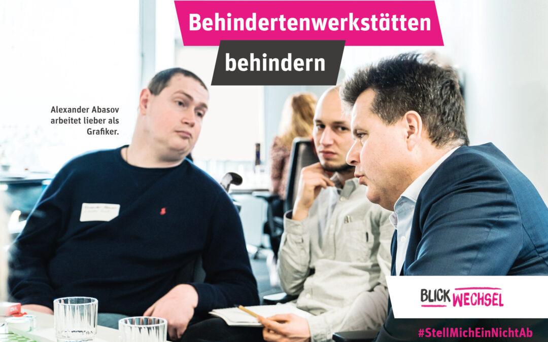 """Grafik mit der Überschrift """"Behindertenwerkstätten behindern"""". Auf einem Foto sind drei Männer in einem Büro-Kontext zu sehen. Links neben einem der Männer steht geschrieben: Alexander Abasov arbeitet lieber als Grafiker. Unten rechts ist das """"Blick-Wechsel""""-Logo zusehen und der Hashtag #StellMichEinNichtAb"""