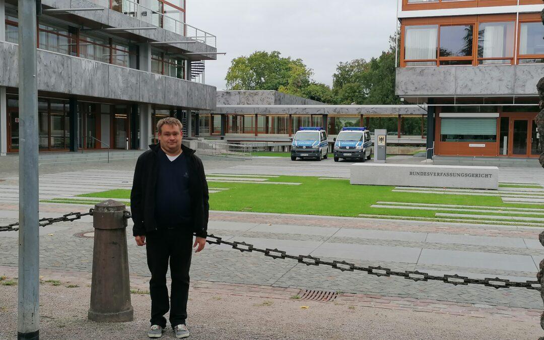 André Thiel steht vor dem Gebäude des Bundesverfassungsgerichts